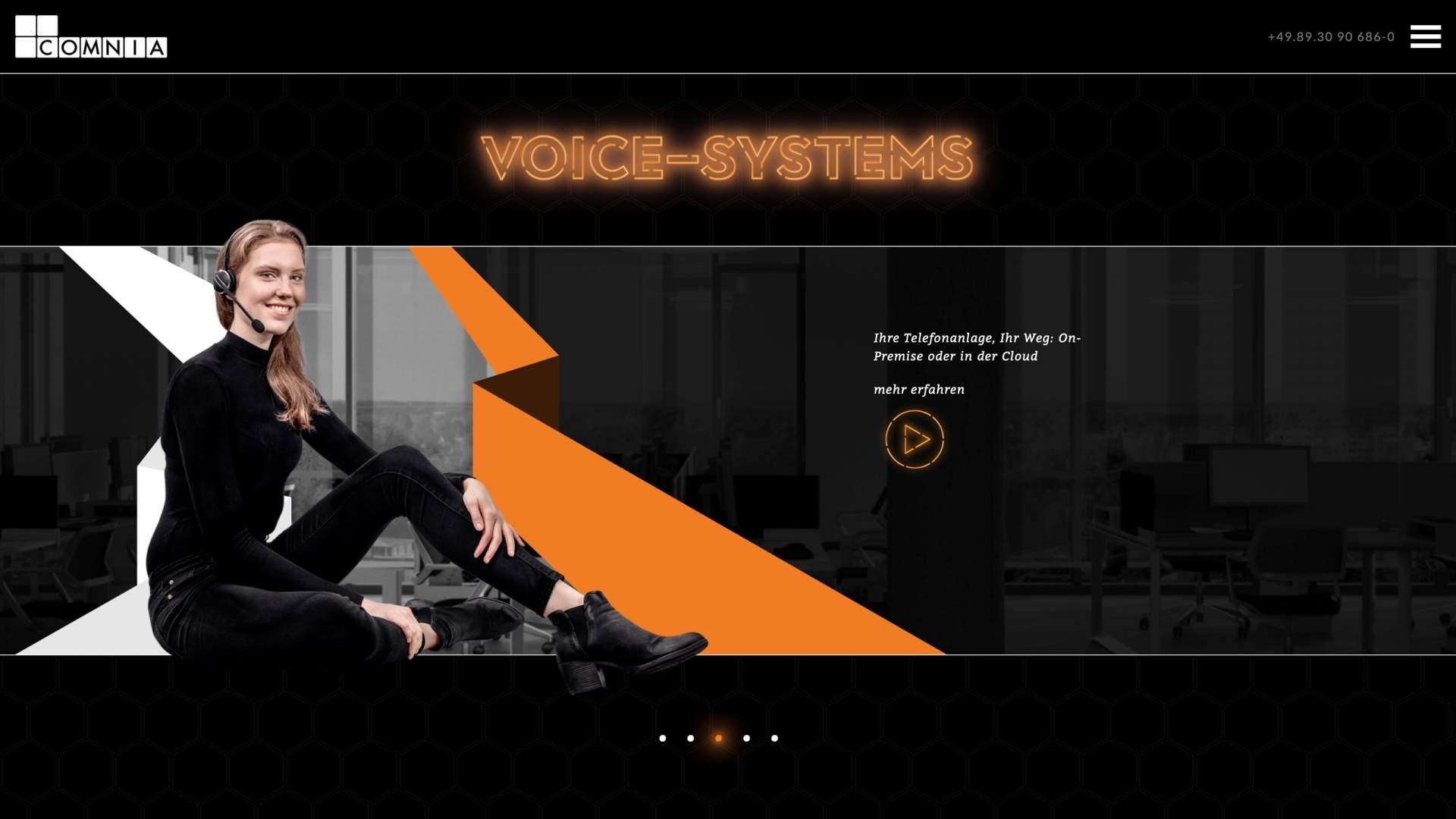 Keyimage-schwarz gekleidete Dame sizend vor orangem Grafikelement mit Bürolandschaft